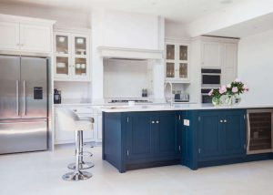 Two-color kitchen cabinets